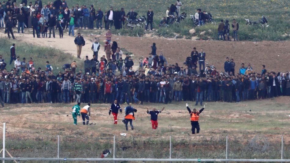 Demonstranten und Sanitäter am Grenzzaun zwischen Gaza und Israel