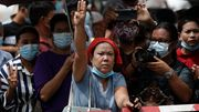 Militär lässt Tausende Demonstranten frei