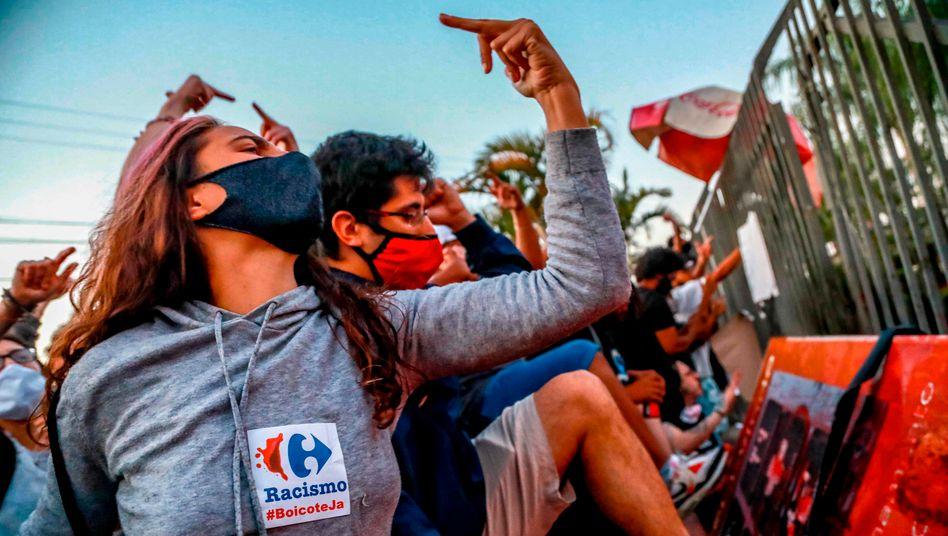 »Rassimus boykottieren«: Proteste in Porto Alegre, Brasilien