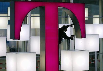 Telekom-Logo (auf der Cebit): Mitarbeiter fühlen sich zum Tricksen gezwungen