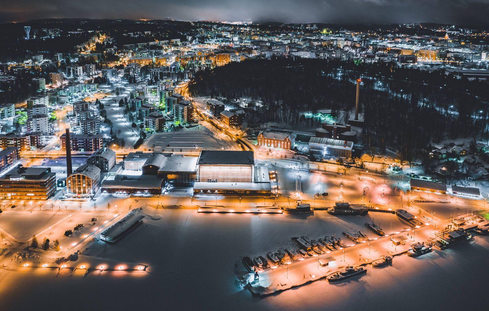 Lahti THEMENBILD Blick auf die finnische Stadt Lahti mit den Lichtern der Stadt im Winter mit Schn