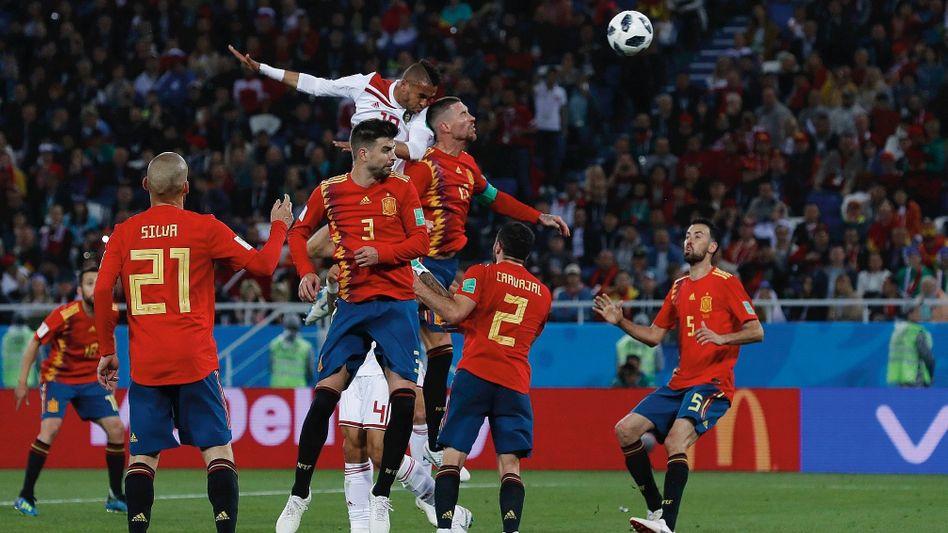 Nationalspieler Piqué (2. v. l.), Ramos (3. v. r.) im WM-Spiel gegen Marokko: Hoffen auf ein Wunder