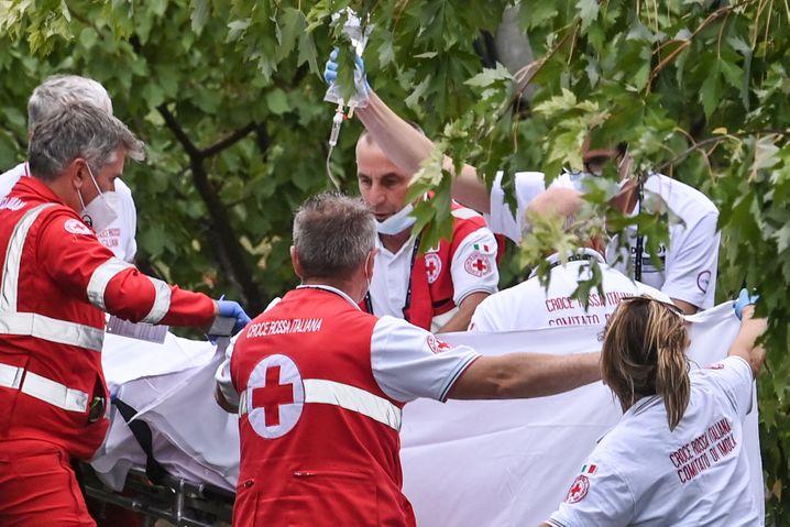 Rettungskräfte versorgen Dygert nach ihrem schweren Sturz