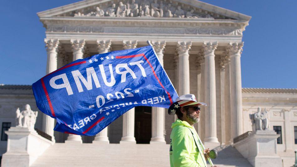 Ein Anhänger von Donald Trump vor dem Supreme Court in Washington (Archivbild)