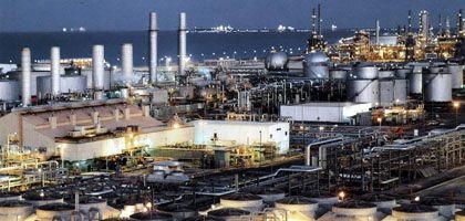 Öl-Raffinerie in Saudi-Arabien: Das Land will die Fördermenge um zwei Millionen Fass pro Tag steigern