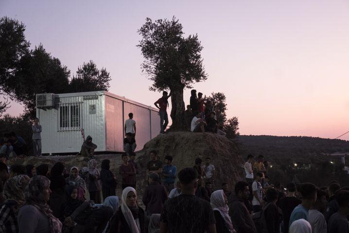 Al-Ibrahim schläft noch, als schon Hunderte Asylbewerber zu den Bussen drängen