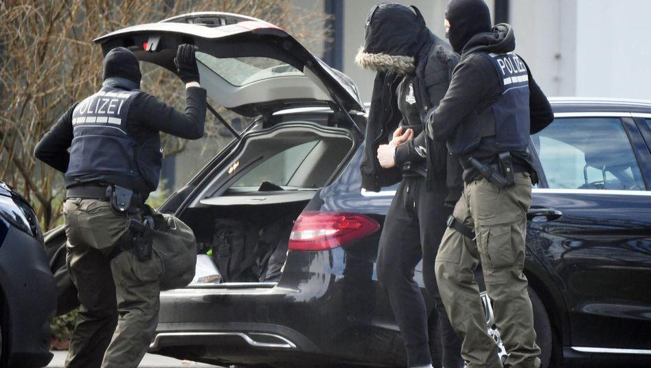 Einer der zwölf Verdächtigen wird zum Haftrichter in Karlsruhe gebracht