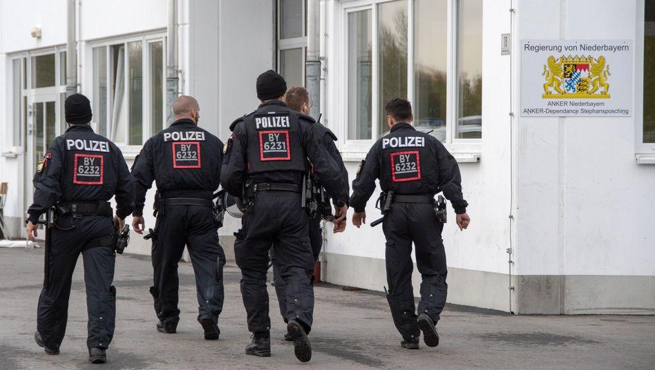 Polizisten auf dem Gelände in Stephansposching