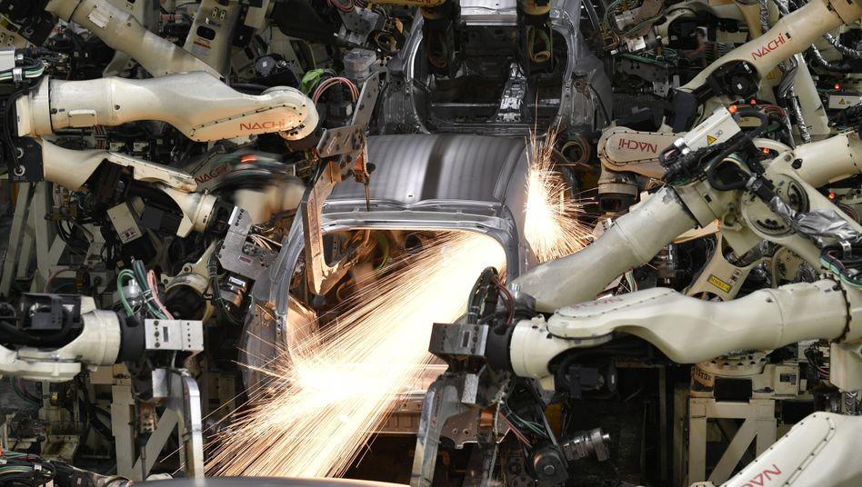 Roboter arbeiten an einer Auto-Karosserie