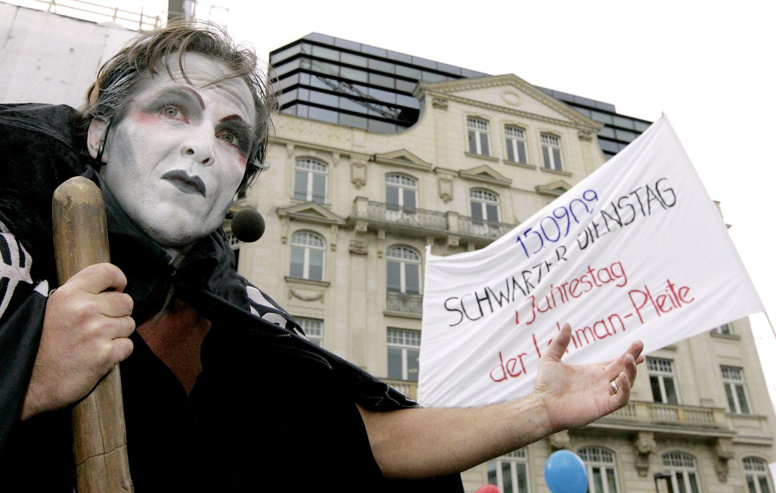 NICHT VERWENDEN Rund 200 Lehman-Geschaedigte ziehen durchs Frankfurter Bankenviertel
