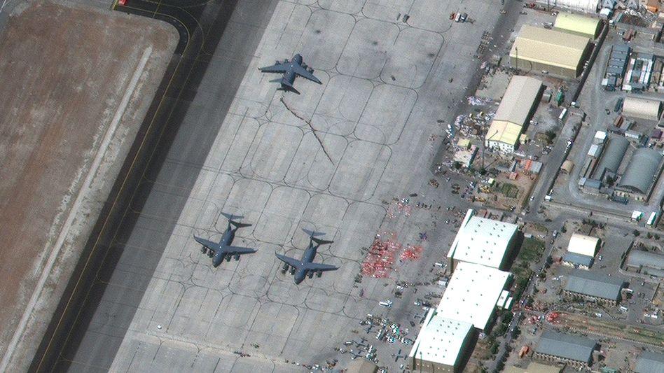 Militärmaschinen auf dem Rollfeld in Kabul (am 27. August)
