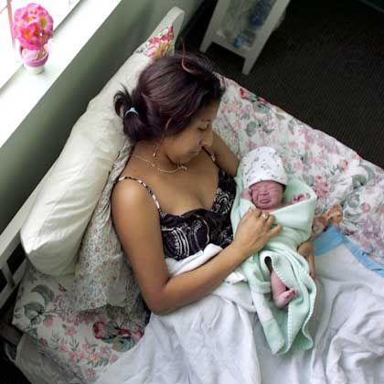 Mutter mit Neugeborenem: Handybilder verbreiten die frohe Kunde