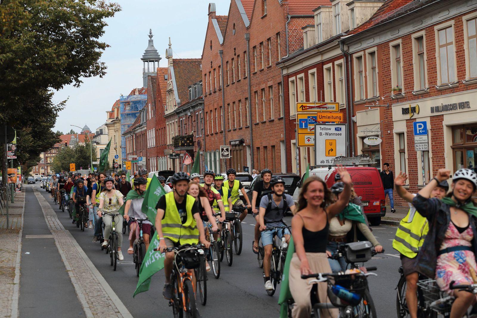 Radfahrer fahren auf der Kurfürstenstraße am Holländischen Viertel im Rahmen der Students for Future Fahrraddemo Ohne Ke