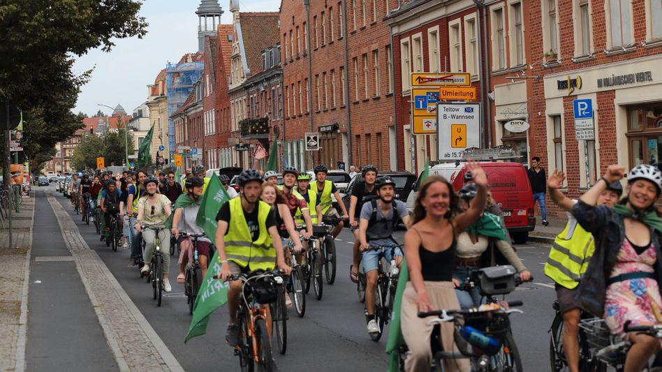 Radfahrer-Demo »Ohne Kerosin nach Berlin« in der Kurfürstenstraße in Potsdam. Wird künftig der Radverkehr eine wichtigere Rolle spielen?