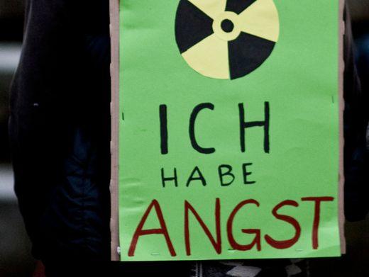"""Ein Mann trägt während einer Anti-Atom-Demonstration ein Schild mit der Aufschrift """"Ich habe Angst"""" auf dem Rücken"""