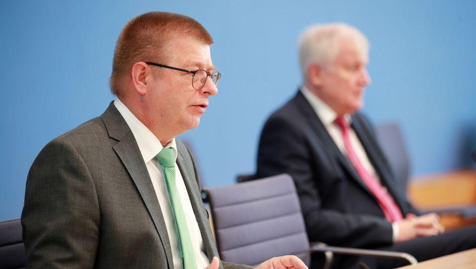 Verfassungsschutzpräsident Haldenwang und Innenminister Seehofer bei der Vorstellung des Jahresberichts