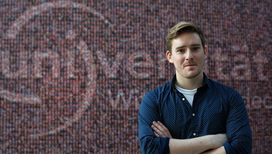 Christoph Lüdemann im Foyer der Privatuniversität Witten/Herdecke