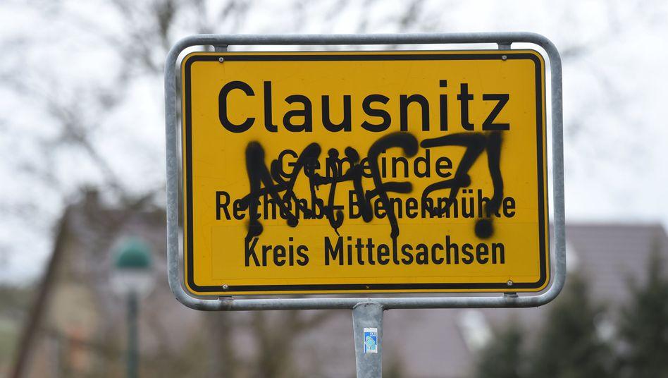 Ortsschild von Clausnitz: Hier gibt es keine Antifa. Hier gibt es Rechtsextremismus
