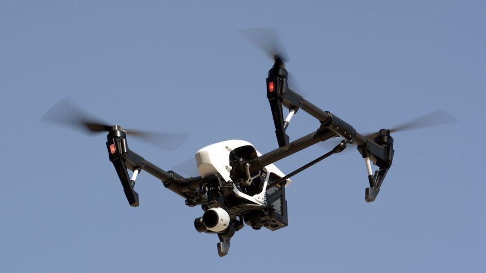 Eine Drohne mit Kamera (Symbolbild)