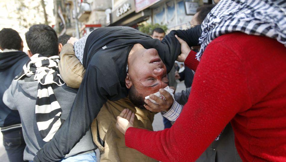 Erste Hilfe: Ägypter tragen einen verletzten Demonstranten in Sicherheit