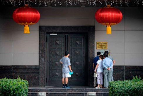 Besucher vor dem chinesischen Konsulat in Houston