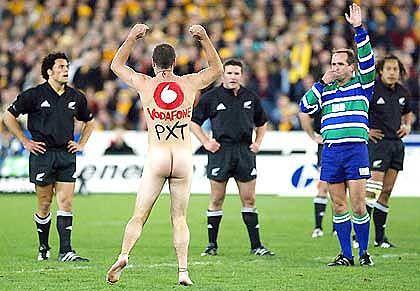 """Platz 10 (5,66 Punkte): Vodafone. Zwei """"Flitzer"""" mit Vodafone-Logos störten ein Rugby-Spiel in Australien, die Sportfans reagierten wütend."""
