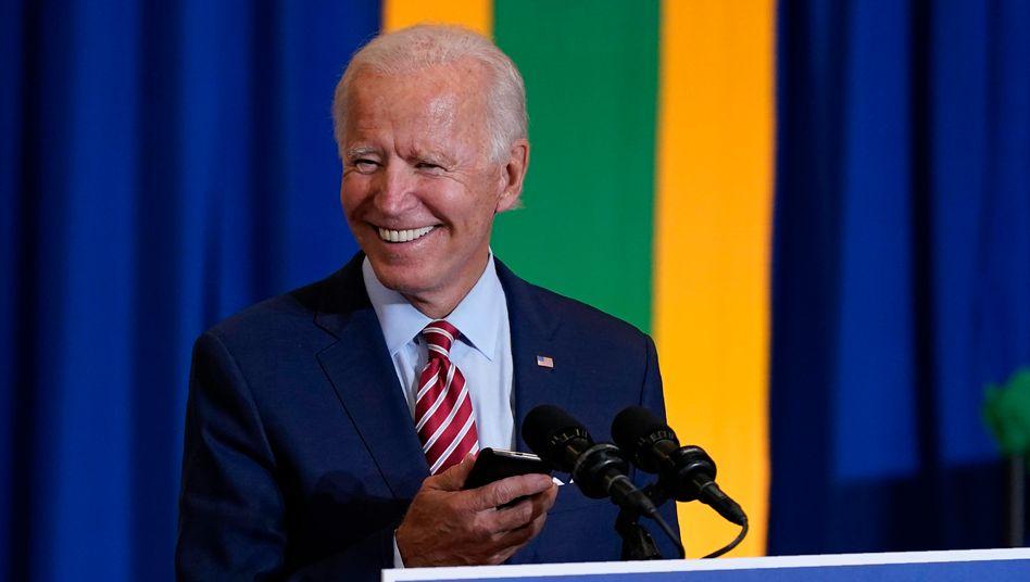 Joe Biden mit Smartphone: Sein neuer Twitteraccount hat schon mehr als 400.000 Follower