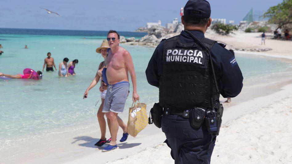Touristen am Strand von Cancún (Archivbild aus April 2020)