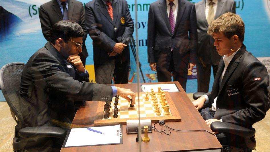 Schach-Profis Anand (l.), Carlsen: Am Sonntag das nächste Duell