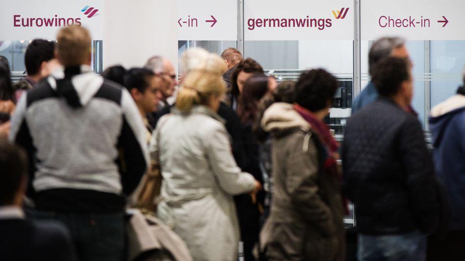 Passagiere vor Informationsschaltern (Archiv)