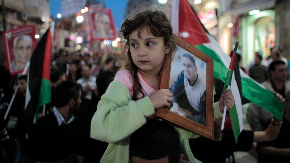"""Mädchen mit Bild eines Häftlings: """"Israel kann zivilen Widerstand nicht diskreditieren."""""""