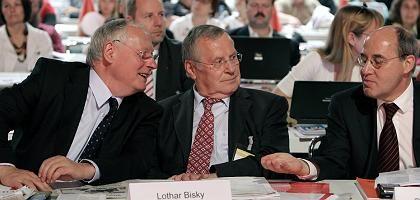 Die Vorsitzenden der Linkspartei, Oskar Lafontaine und Lothar Bisky, mit dem Fraktionschef Gregor Gysi beim Parteitag in Cottbus: Zuspruch der Delegierten