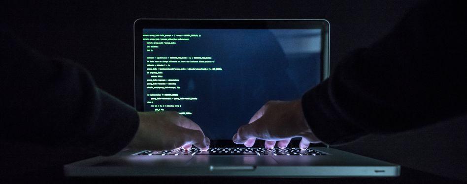 Hände am Laptop