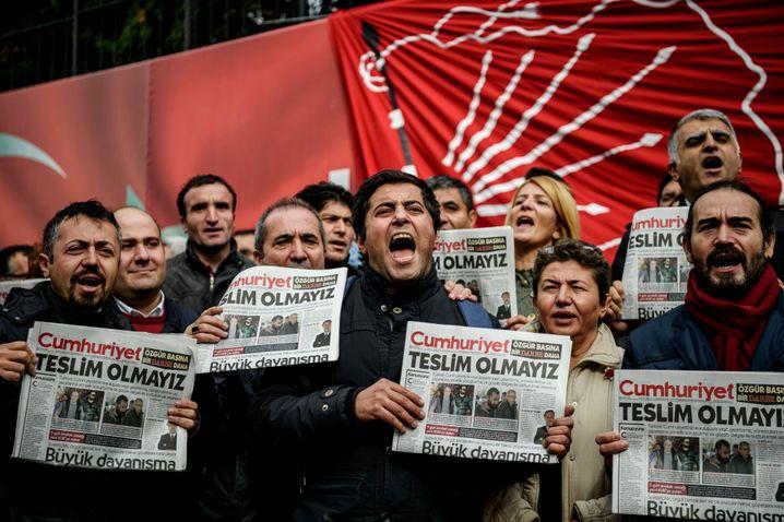 """Demonstranten mit Ausgaben von """"Cumhuriyet"""""""