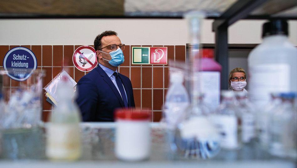 Minister Spahn bei Besuch eines Materiallagers:Plötzlich droht der Kontrollverlust