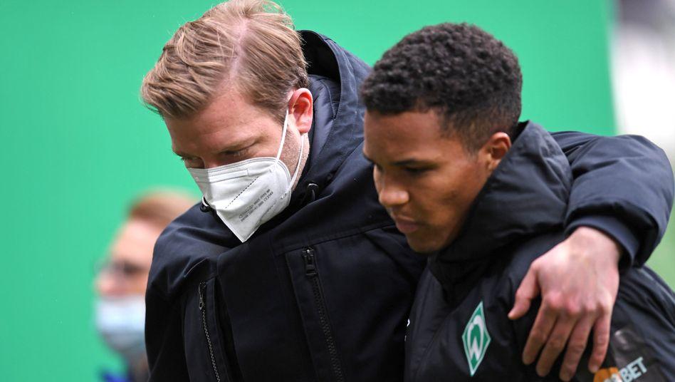 Florian Kohfeldt (links) und Felix Agu nach der 1:4-Pleite gegen Leipzig