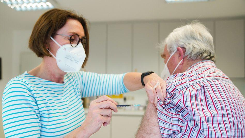 In ihrer Praxis verabreicht Hausärztin Birgitt Lucas im Rahmen eines Pilotprojekts eine Coronaimpfung