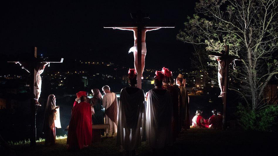 Laienschauspieler führen die Passion Christi auf (in Coldrerio in der Schweiz)