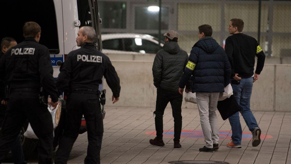 Polizisten bringen einen jungen Afghanen zum Abschiebebereich des Flughafens Frankfurt/Main