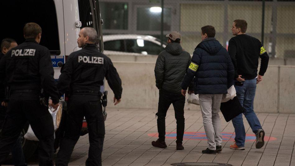 Polizisten bringen abgelehnte Asylbewerber in den Charterbereichs des Flughafens Frankfurt am Main (die Aufnahme stammt aus Dezember 2018)