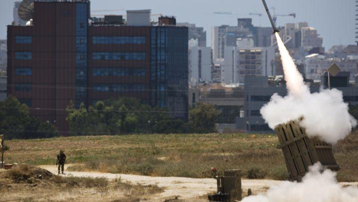 Angriffe aus Gaza und Libanon: Israel unter Feuer