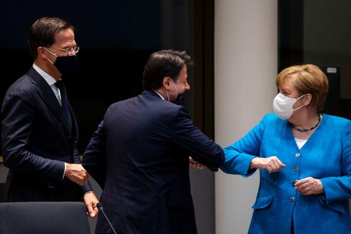 Italiens Premierminister Guiseppe Conte und Merkel: Check mit freier Nase