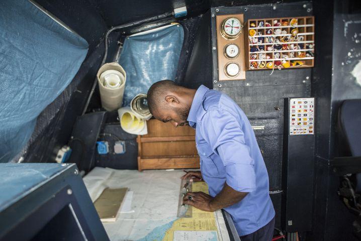 Ein Besatzungsmitglied bei der Berechnung der Seeroute