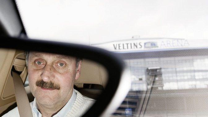 Trainer Neururer in seinem Auto vor dem Stadion in Gelsenkirchen