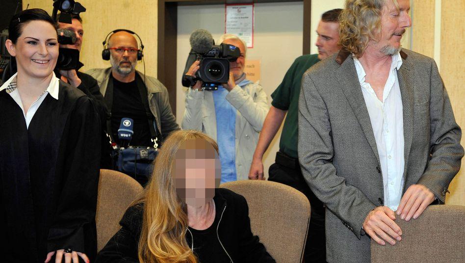 Wolfgang Beltracchi (rechts) mit Frau und Anwältin (links): Auch der Verkäufer gesteht