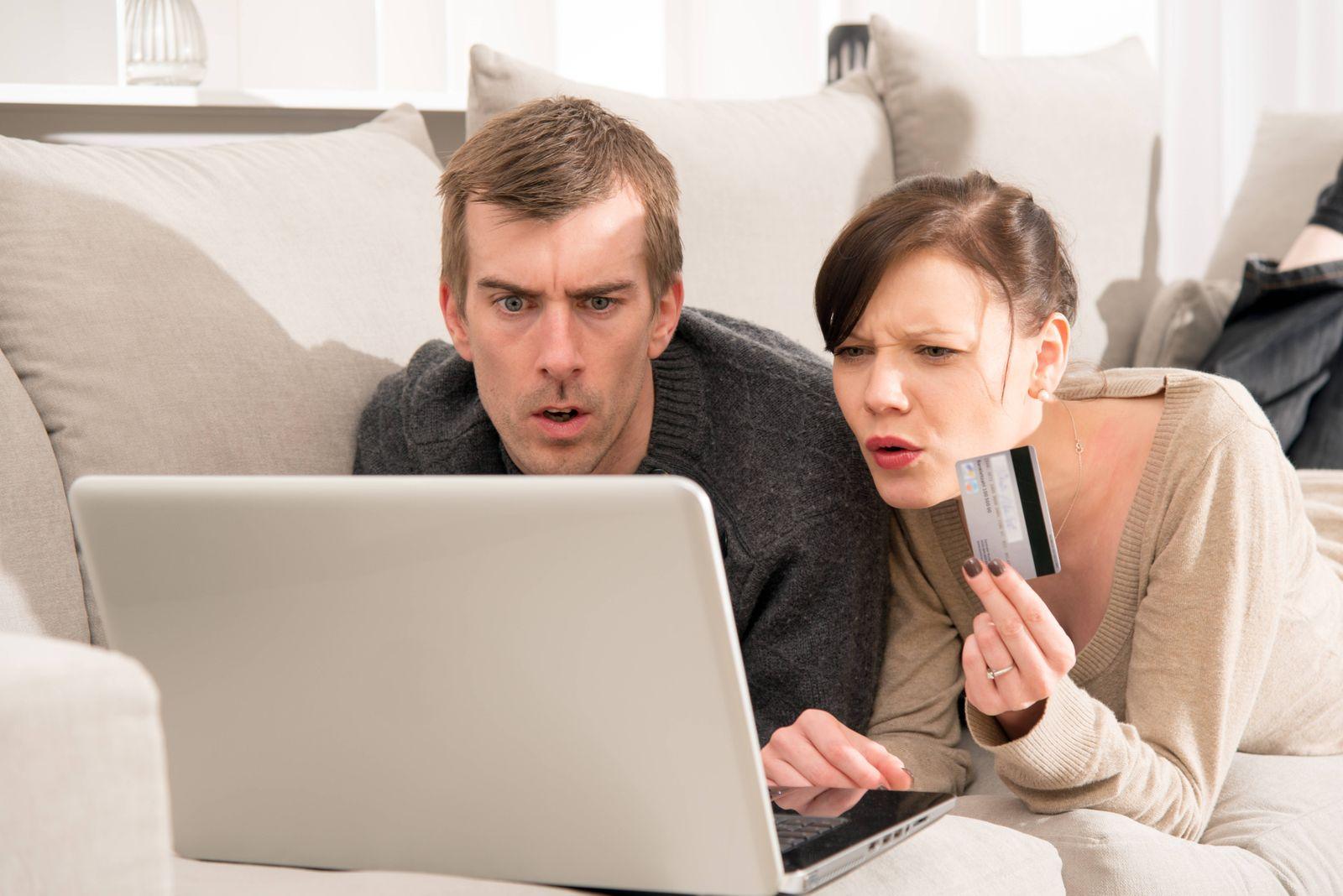 Onlineshopping junges Paar Kreditkarte Betrug Onlineshopping junges Paar Kreditkarte Betrug