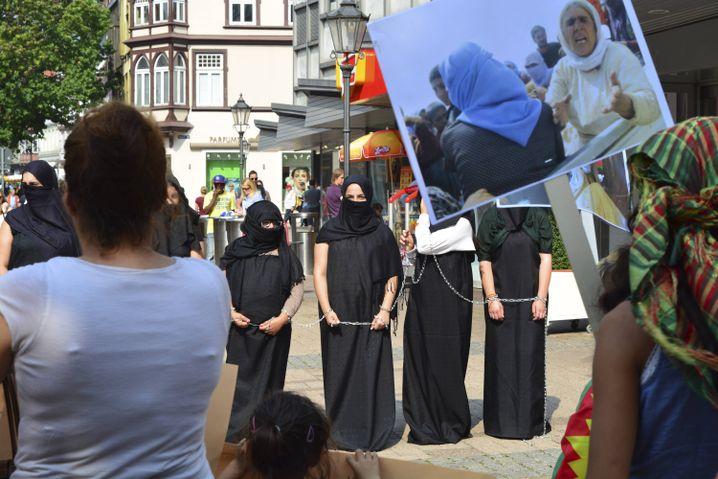 """Jesiden in Deutschland demonstrieren gegen die Verfolgung durch den """"Islamischen Staat"""""""