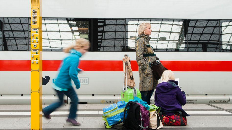 Familie am Bahnhof: Die Bahn liebt Kinder. Nur nicht online.