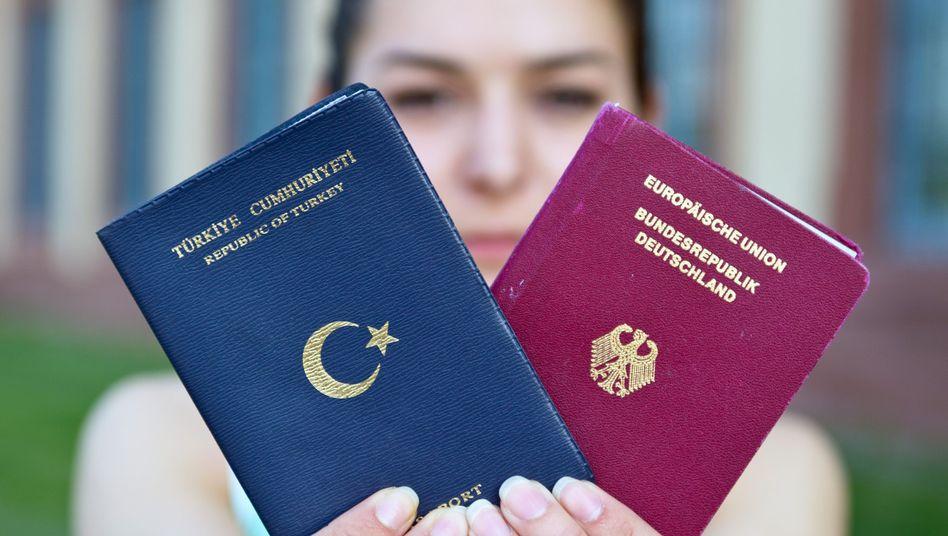 Studentin mit türkischem und deutschen Pass: Gesetzespläne zur doppelten Staatsbürgerschaft stehen