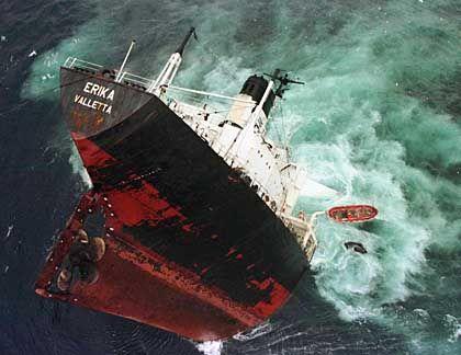 """Untergang des Tankers """"Erika"""" im Dezember 1999: Zusammentreffen von schwerem Wetter und Schlamperei"""
